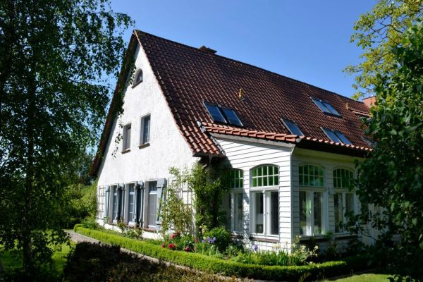 insel-ruegen-ferienhaeuser-ruhige-lage-landhaus-einer-malerin
