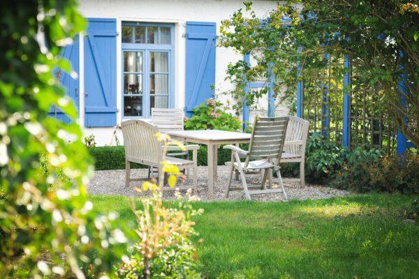 landhaus-einer-malerin-ferienhaus-insel-ruegen-garten